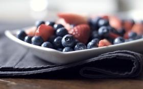 Обои ягоды, еда, черника, клубника, тарелка, салфетка