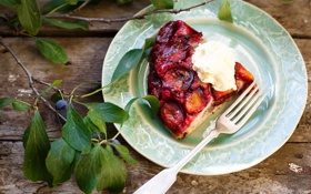 Обои листья, сливки, тарелка, пирог, вилка, сливы, Julia Khusainova