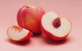 Картинка персики, косточка, дольки, целый, разрезанный, розовый фон