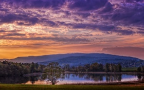 Обои небо, деревья, горы, тучи, озеро, городок