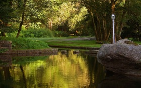 Картинка трава, вода, деревья, парк, река, камни, фонарь