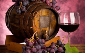 Обои ягоды, вино, красное, бокал, виноград, грозди, бочонок