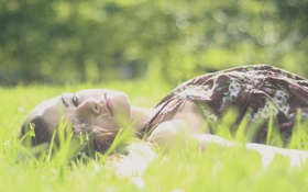 Картинка зелень, трава, взгляд, девушка, природа, настроения, фон. обои