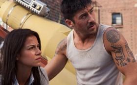 Обои девушка, мужик, David Belle, Brick Mansions, Catalina Denis, Кирпичные особняки