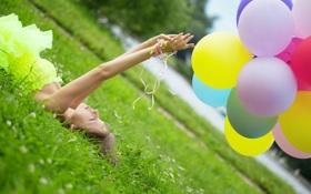 Обои трава, девушка, ленты, река, воздушные шары, клевер, профиль