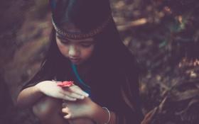 Обои перо, бабочка, ребенок, размытость, девочка
