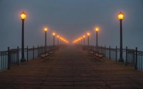 Обои мост, туман, фото, вечер, фонари, скамейки, лавочки