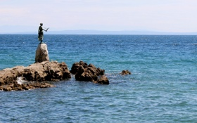 Картинка море, камни, птица, побережье, женщина, скульптура, Хорватия