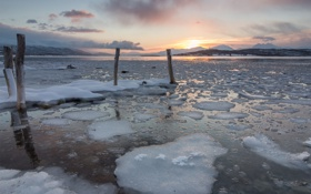 Картинка холод, лед, закат, озеро, столбы, льдины