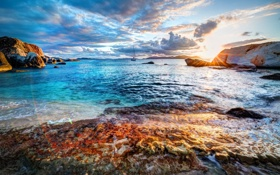 Обои море, восход, камни, побережье, яхта
