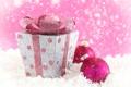 Картинка зима, снег, коробка, розовая, игрушка, шарик, Новый Год
