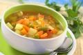 Картинка зелень, горошек, морковка, тарелка, ложка, суп, овощи