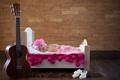Картинка гитара, кровать, младенец