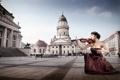 Картинка девушка, город, скрипка, платье, брюнетка, площадь