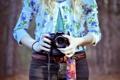 Картинка девушка, фон, widescreen, обои, настроения, камера, фотоаппарат