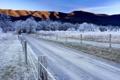Картинка иней, дорога, небо, деревья, горы, забор, Зима