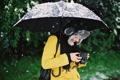 Картинка девушка, снег, улыбка, шапка, зонт, камера, фотоаппарат