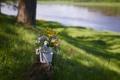 Картинка лето, трава, цветы, река, пень, букет, кружка