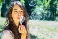 Картинка девушка, мыльные пузыри, шатенка, кареглазая