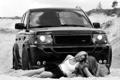 Картинка песок, b&w, смех, range rover, девушки