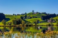Картинка небо, трава, деревья, озеро, холмы, дома