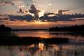 Картинка облака, река, небо, солнце, света, вечер, игра