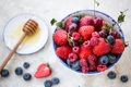 Картинка вишня, ягоды, малина, черника, клубника, мед, мёд