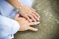 Картинка кольца, руки, браслет