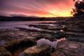 Картинка закат, природа, озеро, камни, скалы, дома, горизонт