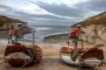 Картинка море, небо, тучи, скалы, бухта, лодки