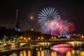 Картинка фейерверки, блики, Pont des Invalides, Paris, луна, люди, мост