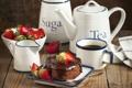 Картинка чай, шоколад, клубника, посуда, пирожное
