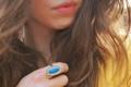 Картинка девушка, волосы, рука, кольцо, губы