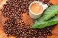 Картинка пена, листья, стол, кофе, кружка, кофейные зёрна