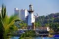 Картинка вода, деревья, город, маяк, дома, курорт, пальмы.