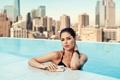 Картинка вода, девушка, город, фон, модель, бассейн, Doutzen Kroes