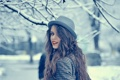 Картинка зима, девушка, снег, ветки, улыбка, шляпа, шатенка