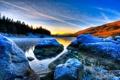 Картинка лес, небо, снег, закат, горы, озеро, камни