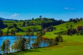 Картинка пруд, трава, деревья, дома, холмы, небо, озеро