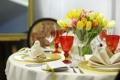 Картинка цветы, бокалы, тюльпаны, тарелки, столик, вилки, сервировка