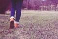 Картинка трава, ноги, джинсы, ботинки, шаг, уход