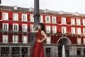 Картинка девушка, город, стиль, платье, брюнетка, в красном