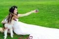 Картинка девушка, лицо, белое, игрушка, рука, собака, профиль