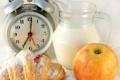 Картинка яблоко, завтрак, молоко, будильник, кувшин, джем, рогалик
