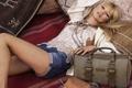 Картинка модель, kate moss, кейт мосс, сумка, подушки, лежит, шорты