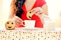 Картинка девушка, люди, печенье, смайл, чаепитие