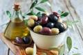 Картинка ложка, миска, оливки, листики, оливковое масло