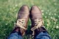 Картинка трава, джинсы, ботинки, шнурки