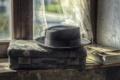 Картинка шляпа, окно, чемодан