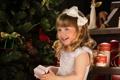 Картинка улыбка, праздник, коробка, подарок, елка, новый год, девочка